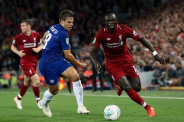 Sadio Mane (Liverpool) dribbles past Cesar Azplilicueta (Chelsea)